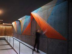 MimarInés EsnalNew York'ta bulunan bir konut yapısına ışık prizmasını temsil eden bir enstalasyon yaptı. İki yapıyı birbirine bağlayan, aynı zamanda da yapının aydınlatma boşluğu olan bir alana u...