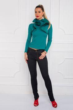 Slim džínsové nohavice s rozopnutím na zips prednej časti vyšším pásom vreckami po bokoch aj v zadnej časti, spodnej časti nohavíc ozdobný zlatý zips s možnosťou rozopnutia, vhodná na bežný deň.