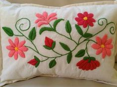 Bordado a mano ! Muy lindo !! Embroidery Stitches Tutorial, Embroidery Needles, Crewel Embroidery, Embroidery Patterns, Floral Bedspread, Embroidered Cushions, Needlepoint Stitches, Sewing Art, Vintage Textiles