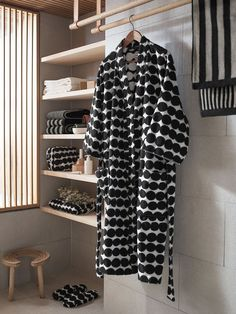Marimekko's Räsymatto bathrobe features Maija Louekari's attractive pattern in black and white. Räsymatto, Finnish for rag rug, depicts the texture of traditional rag rugs in a delightful, graphic manner. Black White Bathrooms, Scandinavia Design, Traditional Mirrors, Home Spa, Interiores Design, Helsinki, Black And White, House Styles, Fashion Trends