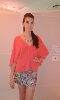 Blusa  laranja com manga morcego + saia estampada