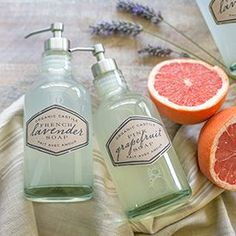 WIth printable labels -- This easy DIY liquid hand soap is made from three ingredients. With a castile soap base it is organic, natural and healthy for your skin and for the environment. Homemade Beauty Products, Natural Cleaning Products, Natural Products, Body Products, Baby Dekor, Etiquette Vintage, Liquid Hand Soap, Soap Base, Castile Soap