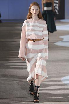 Cedric Charlier Parigi - Spring Summer 2016 Ready-To-Wear - Shows - Vogue. Fashion Week, Runway Fashion, Fashion Show, Fashion 2016, Spring Summer 2016, Spring Summer Fashion, Fashion Details, Fashion Design, Prabal Gurung