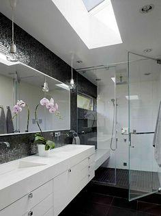 salle de bains grise, petites tuiles grises sur le mur et vasques élégantes et blanches