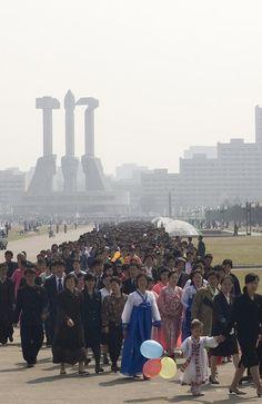 """""""No dia do Festival Kimjongilia, em homenagem ao primeiro líder do país, milhares de norte-coreanos enfrentam filas enormes para visitar os monumentos da capital."""" (Foto: Eric Lafforgue)"""