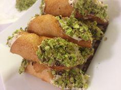 Armonia di Mandorle: Piccoli cannoli salati con mousse di robiola - Small cannoli with cheese