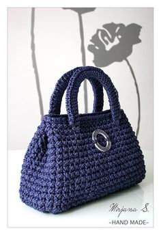 A free pattern of this bag made with T-shirt yarn is available as a download. http://media-cache-ec0.pinimg.com/originals/17/00/23/170023cc597402dde31f2fed297c2e2d.jpg