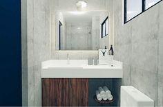 O banheiro do quarto de casal será desse jeito: quadradinho de concreto com toques de madeira e todos os acessórios serão preto! Gostam?