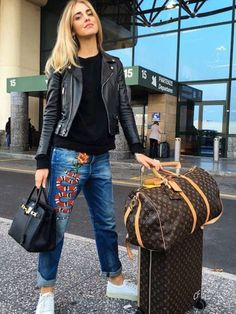 Comfy Travel Outfit Summer - Celebrity style and fashion trend coverage who what wear au Comfy Travel Outfit, Winter Travel Outfit, Summer Outfit, Cute Airport Outfit, Airport Style, Airport Look, Denim Fashion, Look Fashion, Paris Fashion