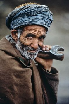 Steve McCurry: Situated at the top of the Khyber Pass, which connects Afghanistan and Pakistan, Landi Kotal, Pakistan, . Steve Mccurry Portraits, Steve Mccurry Photos, Human Photography, Color Photography, Portrait Photography, Street Photography, Landscape Photography, Nature Photography, Fashion Photography