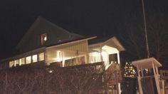 Joulutähti loistaa kirkkaana yläkerran makuuhuoneen ikkunasta.