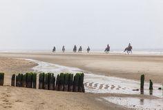 Auch am Strand von Rantum galoppieren die Reiter durch dichte Schwaden.
