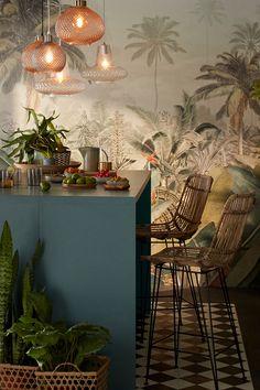 Pour donner du caractère à votre salle à manger, optez pour une décoration maximaliste en mixant les motifs, les formes, les couleurs et les matières. Créez une ambiance jungle grâce à un joli papier peint, des couleurs végétales et de nombreuses plantes. Enfin, constrastez l'esprit jungle avec du carrelage aux motifs géométriques et des éléments de cuisine bleu laguna. Kitchen Interior, Home Interior Design, Kitchen Decor, Glamour Living Room, Living Room Decor, Dining Room, Living Dining Combo, Natural Interior, Tropical Style