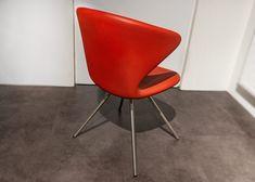 """Designerstuhl """"Tonon Concept 902"""" in der Farbe Rot mit Sitzschale aus softem Integralschaum """"Freeform"""". Aktuell als reduzierte Ausstellungsmodelle auf www.saar-kuechen.de Design Tisch, Egg Chair, Designer, Lounge, Furniture, Home Decor, Upholstered Bar Stools, Dark Hardwood, Colour Red"""