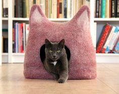 Cadeau de Noël idéal pour votre petit chien ou chat ! Lit de chat gris clair naturel fait à la main de laine naturelle.  Il sagit dun lit douillet et