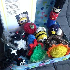 Sangkuffert mede hæklede dyr Crochet Game, Cute Crochet, Crochet For Kids, Crochet Dolls, Crochet Pattern, Yarn Crafts, Diy And Crafts, Crafts For Kids, Baby Knitting Patterns