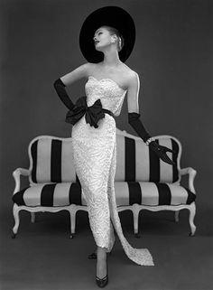 Modèle en robe bustier de John Cavanagh, 1957, photographie de John French Londres, Victoria and Albert Museum