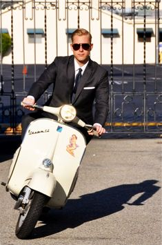 Made famous in the with The Mod look. Vespa or scooter is a way of life for guys in many cities. Seems like you can wear anything with Vespa especially business suits. Here are some pics of fashionable men on their scooters. Vintage Vespa, Vintage Groom, Vintage Men, Vintage Style, Men In Black, Lambretta Scooter, Vespa Scooters, Retro Scooter, Piaggio Vespa