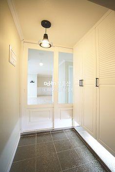 좁은 현관 2배 넓어보이게 하는 팁! - Daum 부동산 인테리어 Entrance Design, House Entrance, Drop Zone, Apartment Interior, Mudroom, Sliding Doors, Tiny House, Entryway, New Homes