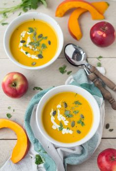 Pompoensoep met appel: lekker, makkelijk én GEZOND. Binnen een half uur is deze heerlijke herfstige soep al klaar en kun je ervan genieten!