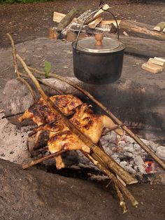 Excellent bushcraft techniques that all survival fanatics will certainly wish to master today. This is essentials for bushcraft survival and will definitely save your life. Survival Food, Camping Survival, Camping Meals, Cooking Over Fire, Campfire Food, Cooking Salmon, Cooking Ribs, Cooking Turkey, Open Fires