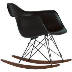Stijlvol uitrusten doe je voortaan in de #Vitra #Eames RAR #schommelstoel Black Edition. Deze schommelstoel zet je bijvoorbeeld bij je raam, zodat je heen en weer wiegend naar buiten kan kijken. Of in de #keuken, om rustig wakker te worden met een kop koffie en het laatste nieuws. Natuurlijk staat de schommelstoel ook goed in de #babykamer of #studeerkamer. Verkrijgbaar in verschillende uitvoeringen bij #Flindersdesign #design #wonen #stoel #woonkamer #modern #klassiek