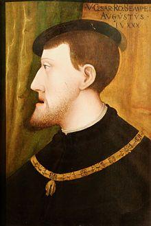 Charles Quint portant le collier de l'Ordre de la Toison d'or. - L'empereur a bien d'autres sujets de déception que la résistance des Français.  s'est voulu roi catholique; or, ses tentatives pour repousser Turcs et Barbaresques ont échoué, et il n'a pu triompher du protestantisme allemand. Malgré l'éclatante victoire de Muhlerg (1547) sur les princes luthériens de la ligue de Smalkalde, l'empereur doit finalement accorder la paix d'Augsbourg (1555).