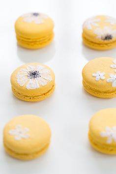 We're helping make your Spring tablescape complete with these DIY Easter wildflower macarons that are perfect for Summer, too. Macarons, Macaron Cookies, Mini Desserts, Summer Desserts, Nectar And Stone, Tagine Recipes, French Macaroons, Macaroon Recipes, Cupcakes