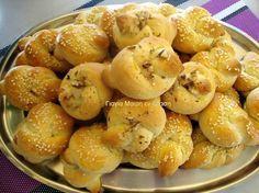 Κουλουράκια με γεύση τσουρεκιού μια συνταγή της φίλης μου της ελενίτσας από την Σκύδρα υλικά 500 γραμ γιαούρτι 1 1/2 κούπα ζάχαρη 3 αυγα και 1 κρόκο για πάνω από τα κουλουράκια μας 1 κούπα σπορέλαιο 2 φακελάκια μπεικιν 2 βανίλιες 2 κγ μαχλέπι 1 Greek Sweets, Greek Desserts, Greek Recipes, Brownie Recipes, Cookie Recipes, Dessert Recipes, Cookie Dough Pie, Greek Pastries, Greek Appetizers