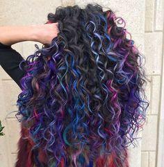 Cabelo natural com luzes arco-íris