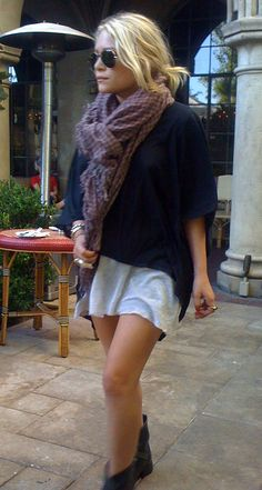 OLSENS ANONYMOUS MK MARY KATE OLSEN STYLE FASHION BLOG LOW WAVY BUN KNOW HAIR PRINT OVERSIZED SCARF OVERSIZED TEE TSHIRT DIP HEM WHITE DRESS JERSEY ANKLE MOTO BOOTS STRAPS BUCKLES KNUCKLE RING BRACELETS STUDDED RINGS AVIATOR SUNGLASSES