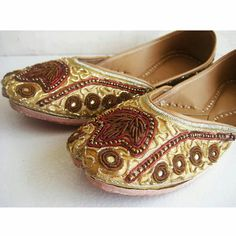 This listing is for US size 7.5/Gold Flats/Bridal Shoes/Wedding Shoes/Bridal Ballet Flats/Wedding Flats/Sequins Flats/Sequins Bridal Ballet Flats    These sequence shoes will surely add glitz and glamour to your outfit. Very comfortable. They are known as Mojris in India. They were adorned by Kings and Queens of the ancient time. The sequences on the shoes enhance their beauty. Sole Size / Dimensions:    US size 7.5 - Size 38 - 24.5 cms NOTES:    1.Plea...