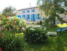 Belle maison d'hôtes typiquement charentaise de 290 m2 habitables, bâtie sur un terrain clos et arboré de 6.270 m2 avec forage. Le Zoo, Poitou Charentes, Poitiers, Surface Habitable, Plants, Tourism, Large Dining Rooms, House Beautiful, Plant