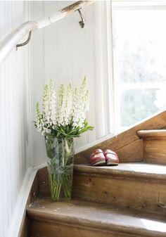 En vas med vita lupiner och ett par gamla träskor ger sommarkänsla åt den gamla trappan. Home Interior, Interior And Exterior, Interior Decorating, Sweden House, Beautiful Interior Design, White Cottage, Staircase Design, House Stairs, Cool Rooms