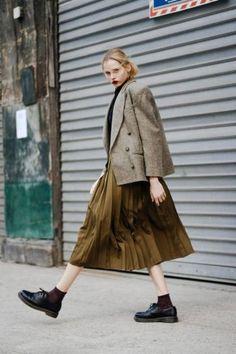 トラッドな雰囲気を高めてくれるツィードジャケットに、光沢あるプリーツスカートをあわせてガーリーさもプラス。