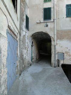 Via Fontana (Rückseite) mit Garagentor