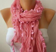 pañuelo rosa y flecos