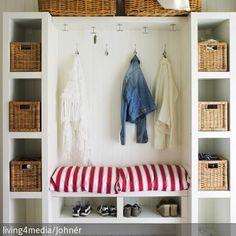 Der Garderobenschrank in Weiß mit Aufbewahrungskörben bietet viel Platz für Krimskrams und sieht dennoch sehr aufgeräumt aus. Körbe aus Bast sind wohnliche Ordnungshelfer. #roomido Mehr auf roomido.com