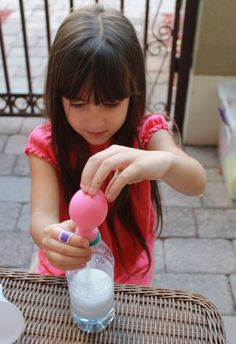 Mom to 2 Posh Lil Divas: Blow It Up! Exploring Gas with Balloons, Baking Soda & Vinegar Science Experiments Kids, Science Fair, Science Activities, Science Projects, School Projects, Blowing Up Balloons, Helium Balloons, Helium Gas, Easy Science