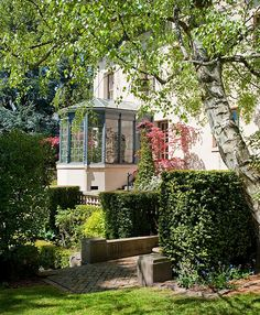 Jane Hedreen and David Thyer live in Seattle's Capitol Hill in a grand 1910 house that takes up six city lots and was once occupied by a US senator. Join u