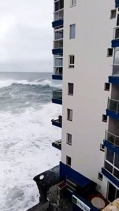 Videovis Discover the best videos that make the trending buzz Entertainment Sites, France 24, Balconies, Multi Story Building, Waves, Good Things, Verandas, Balcony, Ocean Waves