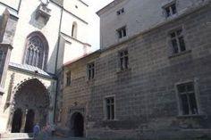 Kláštorná sýpka (vpravo) v Hronskom Beňadiku je už dlhšie nevyužitá a opustená.