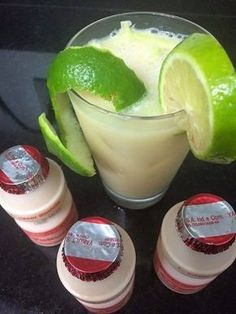 Enviada por camilakarinamarin e demora apenas 2 minutos. Bar Drinks, Alcoholic Drinks, Beverages, Caipirinha Drink, Brazilian Drink, Healthy Starbucks Drinks, Bite Size Desserts, Summer Drinks, Cocktail
