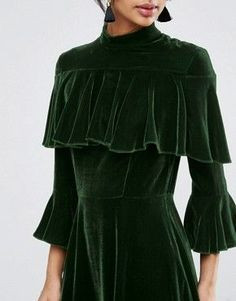 ASOS Trumpet Sleeve Velvet Midi Dress at ASOS. Green Velvet Dress, Velvet Midi Dress, Velvet Dresses, Second Hand Mode, Cooler Look, Velvet Fashion, Inspiration Mode, Vintage Mode, New Outfits