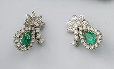 Ein Paar Smaragd-Brillant-Ohrclips. Weißgold. Im Louis-XVI-Stil. Tropfenform an Blütenzweig. Ausge — Schmuck