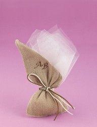 Μπομπονιέρα Γάμου Λοξό Πουγκί από Λινάτσα με Μονογράμματα