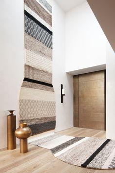 A handcrafted tapestry wall hanging-cum-rug by Patricia Urquiola offers a warm welcome by the elegant front door. Brass vessels by Tom Dixon from [Safari Living] Patricia Urquiola, Wall Carpet, Rugs On Carpet, Carpets, Design Textile, Textile Art, Tom Dixon, Contemporary Interior Design, Ideas