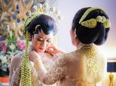 mother-daughter last moment. A Javanese Traditional Wedding.
