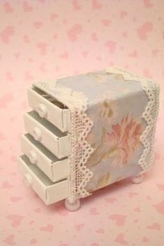 Маленький комод из спичечных коробков