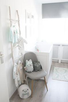 Onze mintgroene babykamer / kinderkamer met kuipstoel en ladder van Kwantum // Our nursery room